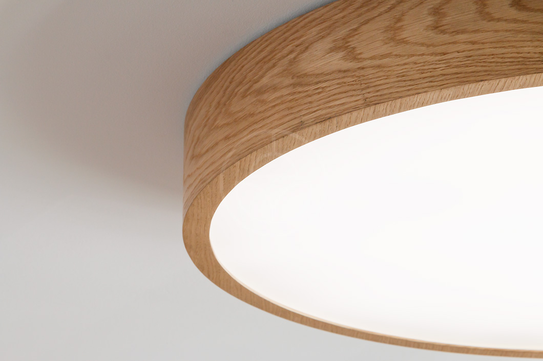 Trilum's WoodLED Round 900 lamp - oak wood finishing detail