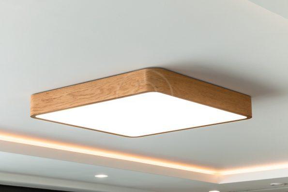 Veľké dubové svietidlo štvorcového tvaru woodLED SQUARE zvolené ako dominanta a hlavné osvetlenie v otvorenej obývačke rodinného domu.